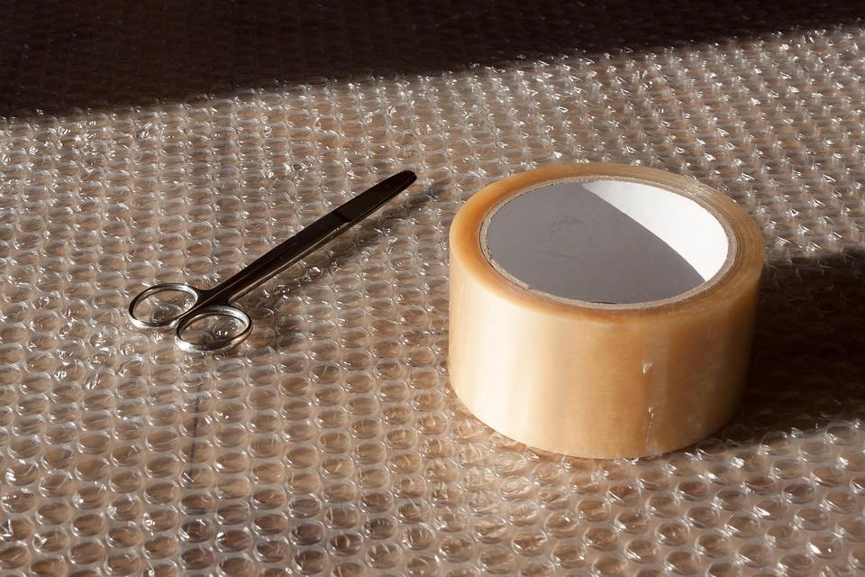 bublinková fólie, lepicí páska a nůžky
