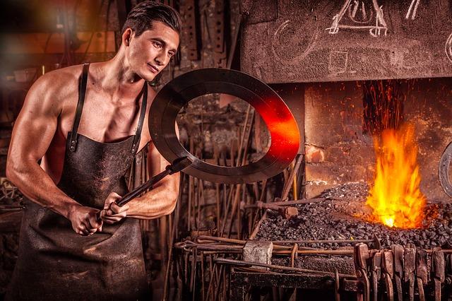 kovář u ohně