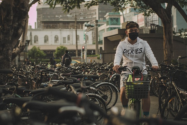 cyklista s rouškou
